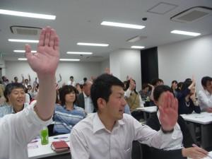 ほとんどの人が「続く」に手を上げました。
